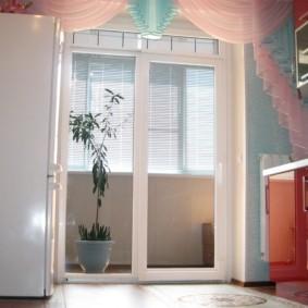 Стеклянные створки балконной двери