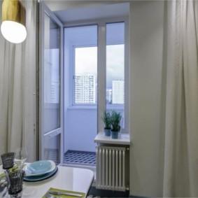 Открытая дверь на кухонном балконе