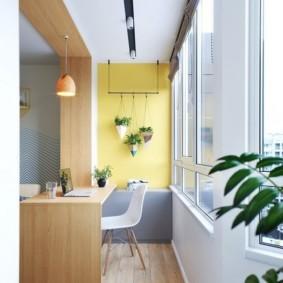 Подвесные кашпо на желтой стене