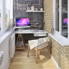 Компьютерный стол на узком балконе