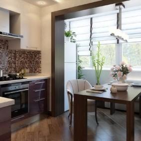 Обеденный стол в арке между кухней и балконом