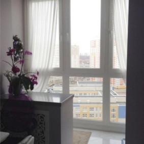 Белые шторы на французском окне
