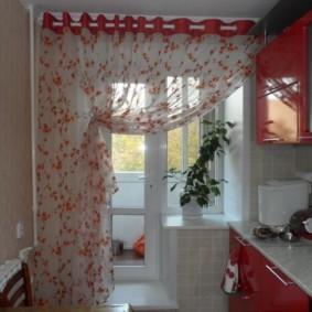 Прозрачная штора с красным рисунком