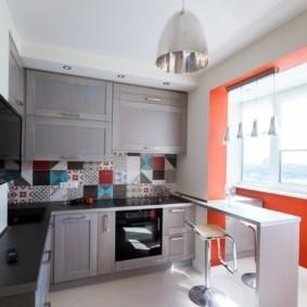 Керамический пол кухни светлого оттенка