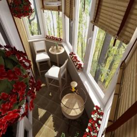 Вид сверху на благоустроенный балкон