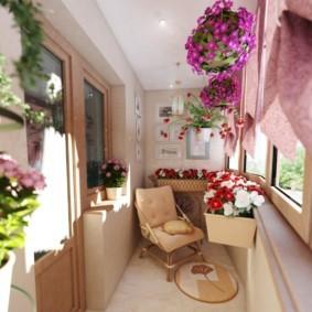 Красные и белые петунии в горшке на балконе