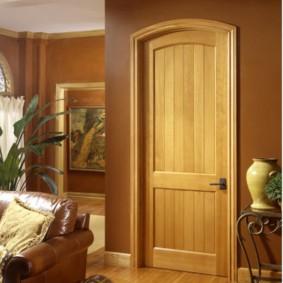 Классическая дверь из массива дерева