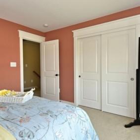Белые двери в розовой спальне