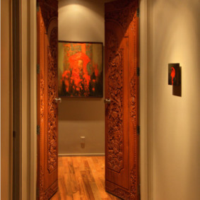 Распашные двери с резьбой из дерева