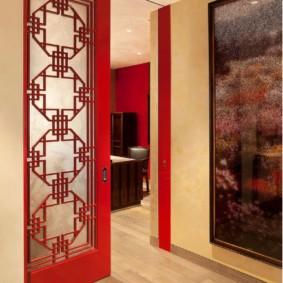 Красная дверь с витражной вставкой