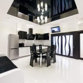 Белый пол в комнате с черным потолком