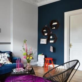 Синяя стена в гостиной квартиры