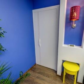 Белая дверь в детской спальне