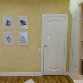 Коллекция фотографий на стене спальни