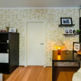 Черная мебель в светлой комнате