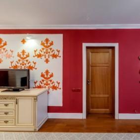 Бардовые стены в гостином помещении