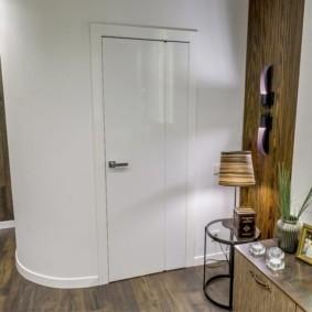 Распашная дверь из холла в ванную