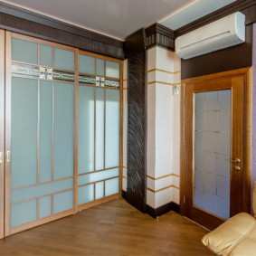 Матовые стекла на шкафу с раздвижными дверками