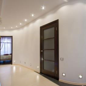 Точечные светильники в стене коридора