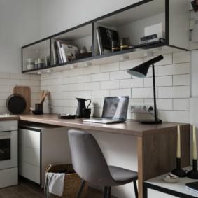 Письменный стол в небольшой комнате