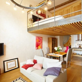 Спальня на втором ярусе в современной квартире