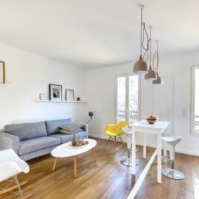 Белая отделка комнаты в скандинавском стиле
