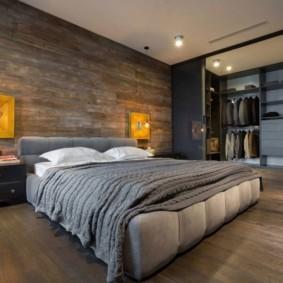 Деревянные панели на стене спальни