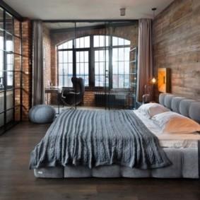 Просторная спальная комната в стиле лофт