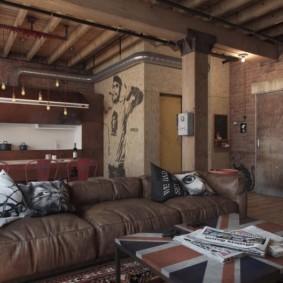 Коричневый диван с кожаной обивкой