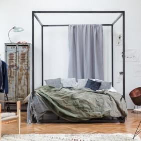 Старый металлический шкаф в спальной комнате