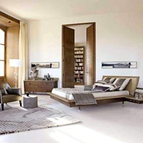 Спальня холостяка с высокими потолками