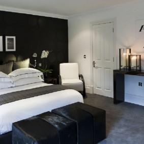 Черная стена в спальном помещении
