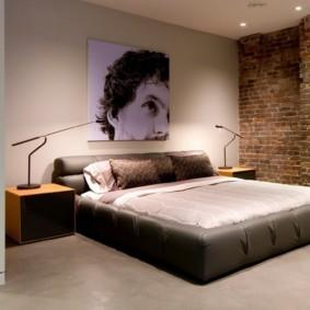 Двухспальная кровать с кожаной обивкой