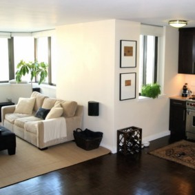 Кухня-гостиная с белым диваном