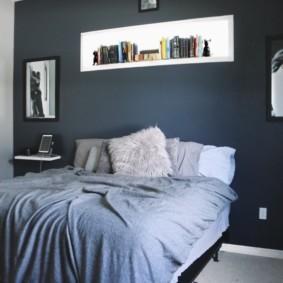 Полка для книг над изголовьем кровати