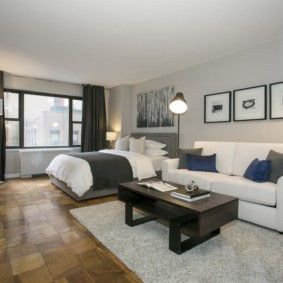 Модульные картины над белым диваном