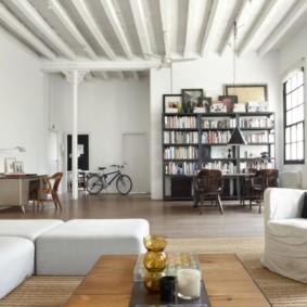 Белые балки на высоком потолке