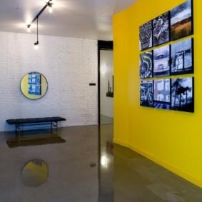 Коллекция фотографий на желтой стене