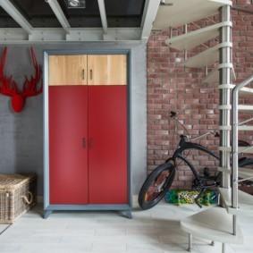 Металлический шкаф во входной зоне квартиры студии