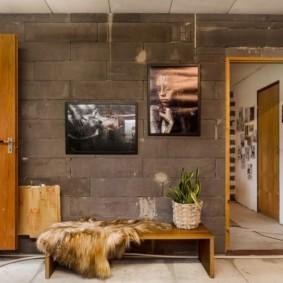 Стена из шлакоблоков в интерьере прихожей