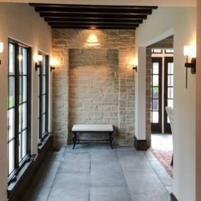 Каменная плитка на полу прихожей