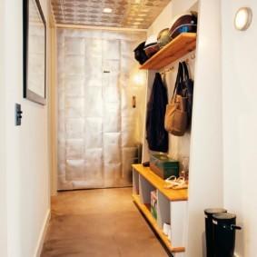 Резиновые сапоги в коридоре квартиры