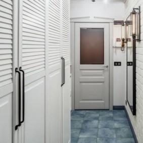 Раздвижные дверцы шкафа в коридоре