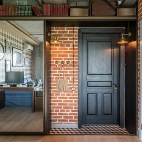 Черная дверь с филенками в прихожей лофт стиля