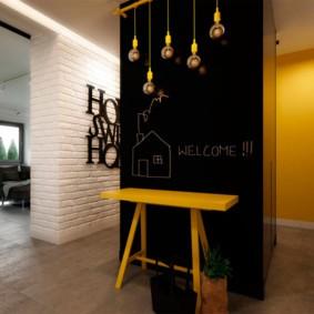 Желтая скамья на фоне черной стены