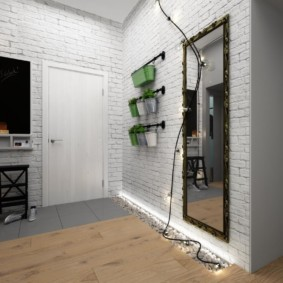 Гирлянда с лампочками на стене прихожей