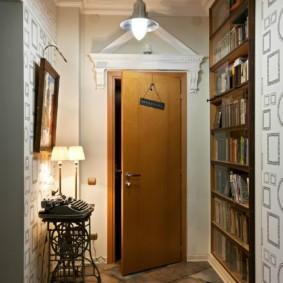 Приоткрытая дверь из квартиры на лестничную площадку