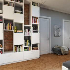 Место для книг в просторной прихожей