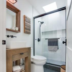 Узкая ванная комната с душевой кабиной