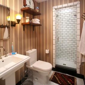 Полосатые стены в ванной комнате
